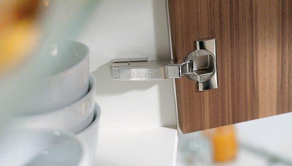 Устанавливать фурнитуру в виде самозакрывающихся петель можно практически на всю мебель