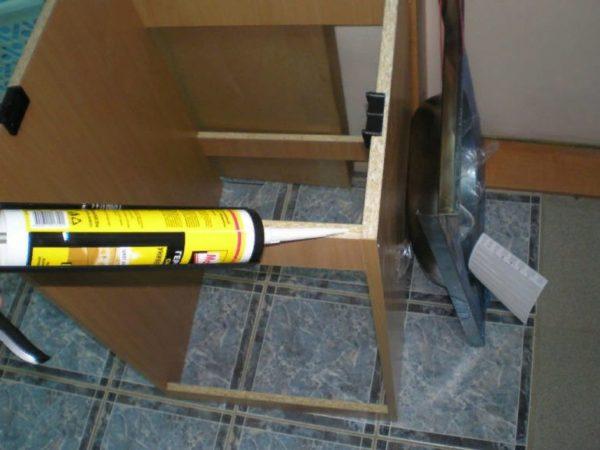 Лучше использовать для таких целей силиконовый герметик, который подходит для помещений с высокой влажностью