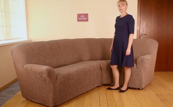 Чехол надет на диван