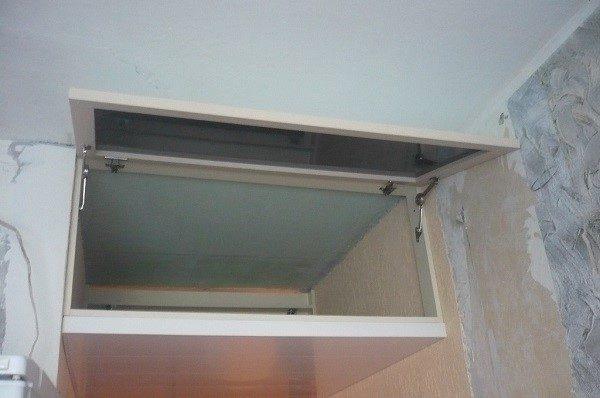 Конструкции дверец могут быть абсолютно разными: подъемными, распашными и даже раздвижными