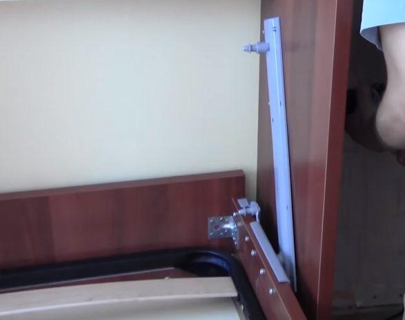 Планки подъемного механизма крепятся к шкафу