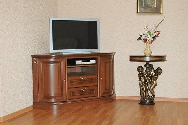 У современных тумб, как правило, имеются всяческие отверстия, которые призваны облегчить проведение проводов и кабелей непосредственно до места их присоединения к телевизору