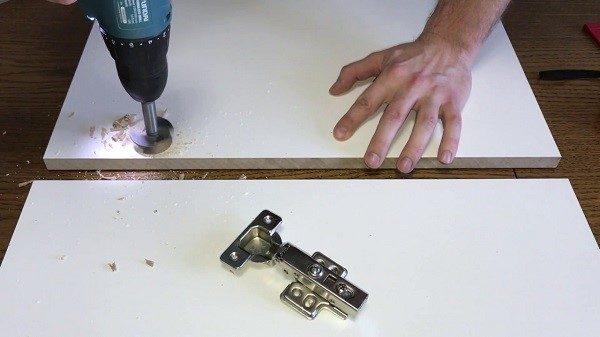 Монтажные работы с петлями не требуют много времени, сил, нужно лишь придерживаться рекомендаций в инструкции