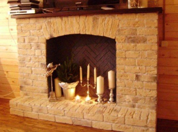 Любая имитация камина в интерьере выгодно подчеркнет достоинства квартиры и скроет недостатки