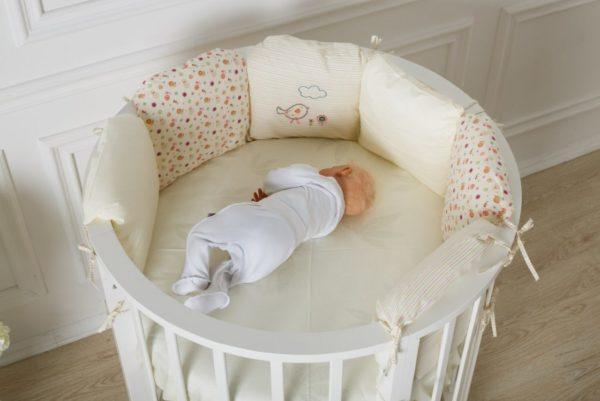 Младенец комфортно чувствует себя в такой кроватке, находясь в любом положении