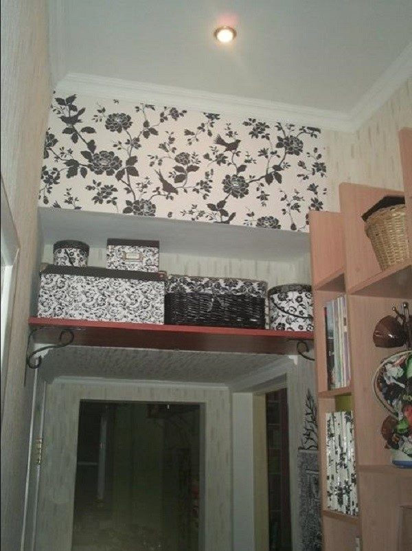 Антресоль можно завесить обыкновенной шторкой, совпадающей по стилю с интерьером