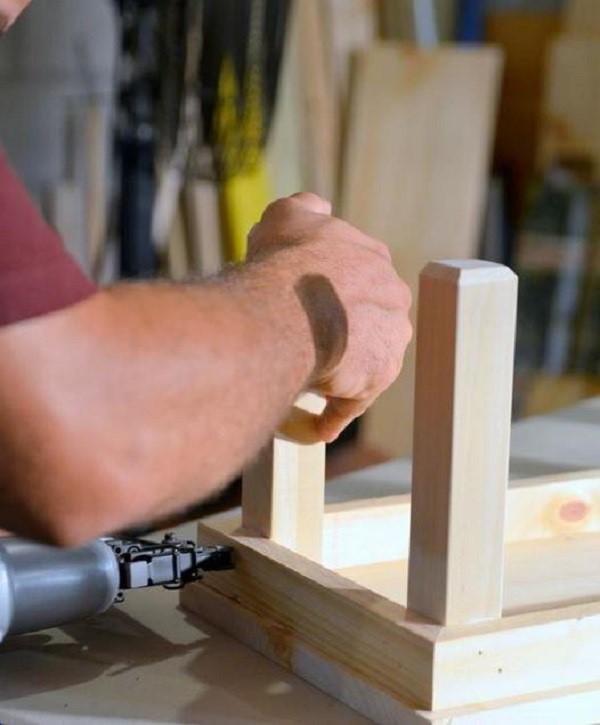 Для большей надежности закрепите ножки с помощью гвоздей или шурупов