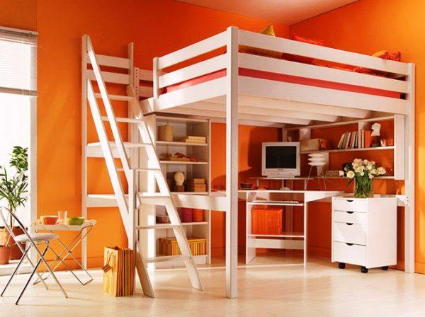 При выборе конструкции с наклонной лестницей необходимо предусмотреть свободное пространство перед ней