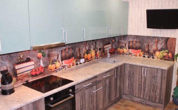 Фартук на кухне, установлены вешалки