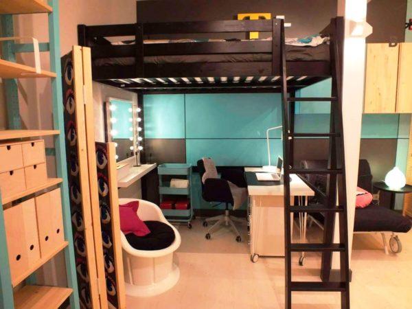 Спальное место объединено с будуаром и рабочим кабинетом