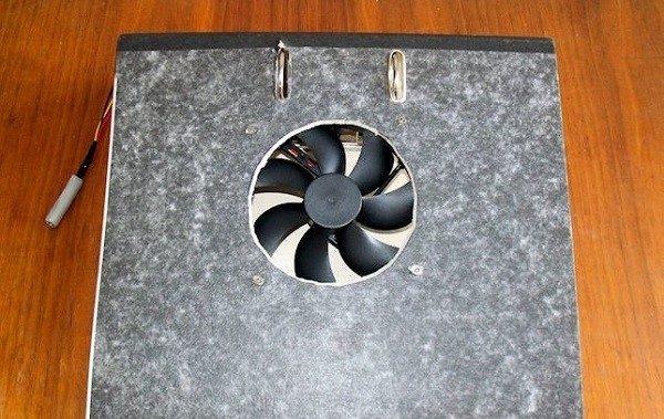 Охлаждающую подставку для ноутбука можно сделать даже из папки-скоросшивателя