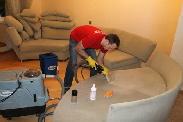 Перед чисткой «Ванишем» диван пылесосят
