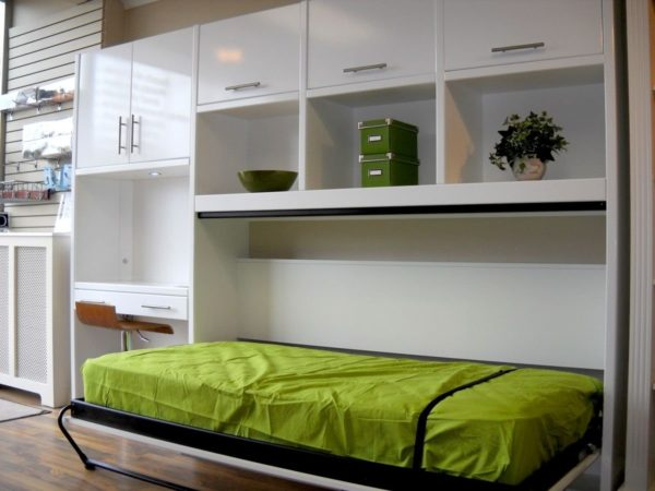 Откидная кровать в комнате подростка – простыня пристегивается специальным ремешком