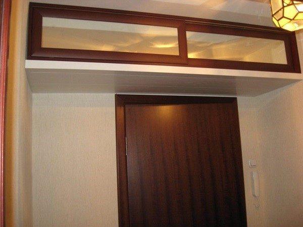 Антресоль с прозрачными дверцами выглядит стильно