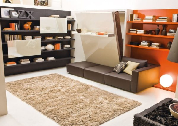 Убранная в нишу кровать образует ровную плоскость стены, на которой может располагаться полка или картина