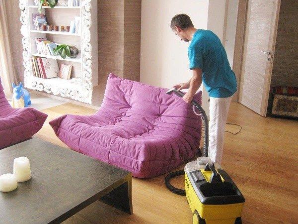 Вначале вам нужно подготовиться к нанесению средства, и пропылесосить диван