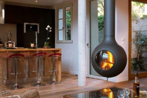 Использование жаропрочного металла позволяет значительно облегчить вес камина и создавать конструкцию, которая «парит в воздухе» над предтопочной площадкой