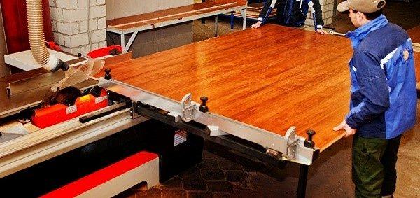 Лучше отдать закупленные ламинированные древесностружечные плиты на распил в профессиональные мебельные компании, так как это сэкономит вам деньги и защити материал от порчи, а также займет малое количество времени