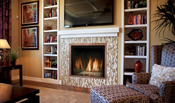 Вариант дизайна гостиной комнаты с камином для квартиры и дома