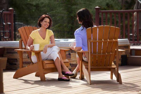 Пример массивных садовых стульев с подлокотниками