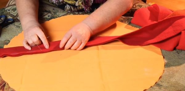 Ткань сложена вдвое, производится наметка