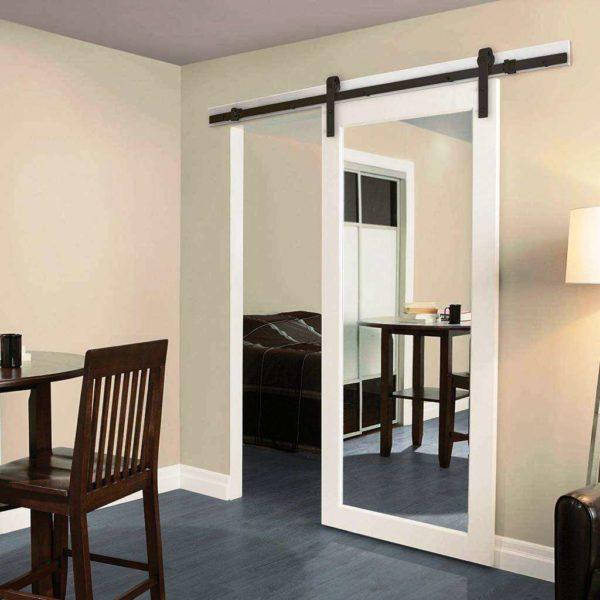 «Амбарная» дверь с зеркалом
