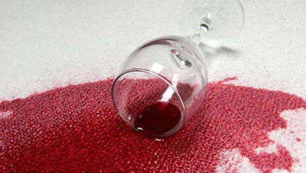 Пятна от вина убирают уксусом