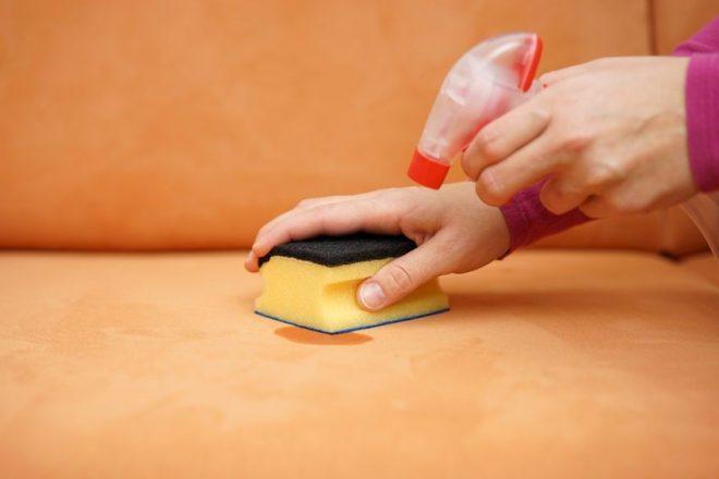Чем отмыть мягкую мебель в домашних условиях. Как почистить мягкую мебель в домашних условиях быстро и эффективно. Жидкость для мытья посуды