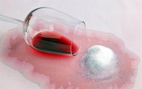 В чистом виде соль хорошо помогает удалить красное вино с тканных поверхностей