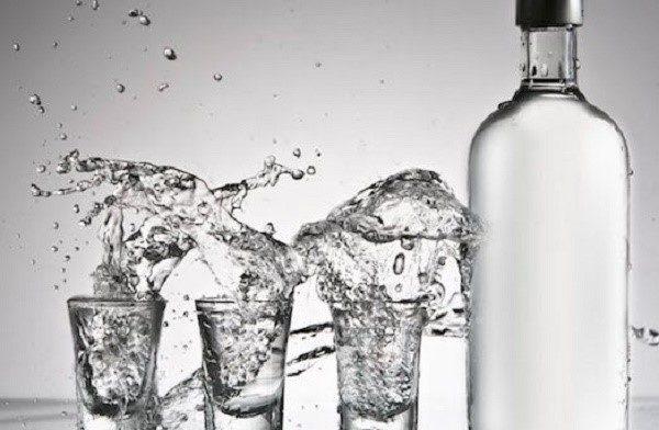 Спирт или водка с водой отлично очищают въевшиеся в обивку пятна