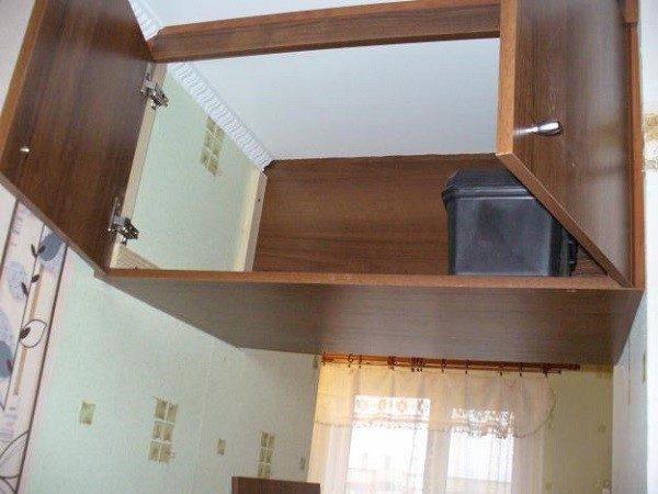 Между потолком и местом для хранения не должно оставаться щелей