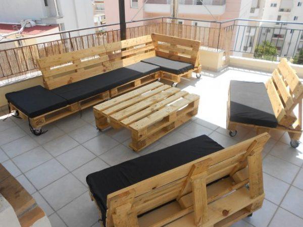 Диван-кровать из паллетов подойдет для дачи и городской квартиры