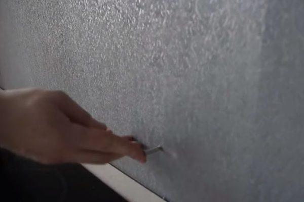 В отверстия на стене вставляют дюбели