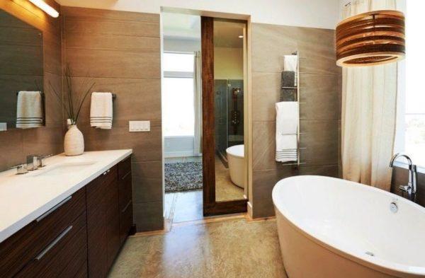 Зеркальная дверь в ванной