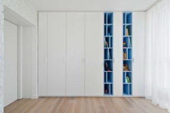 Высокий шкаф позволяет вместить больше вещей