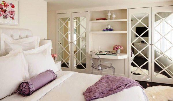 Деревянная раскладка придает двери оригинальный внешний вид