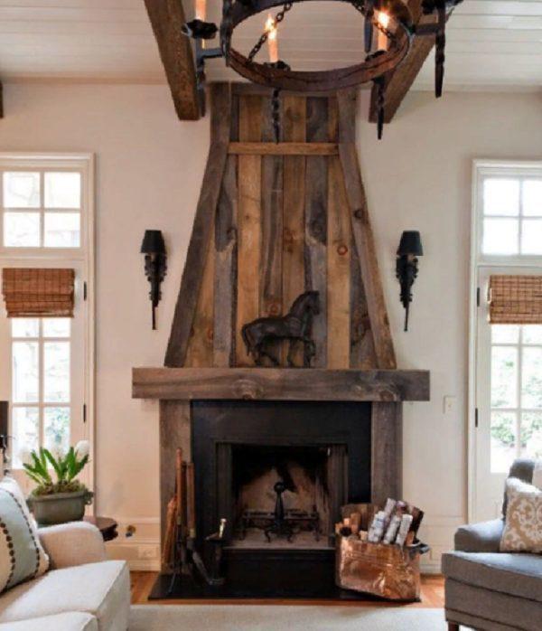 Камины с такой отделкой эстетично выглядят в помещениях где много других деревянных деталей