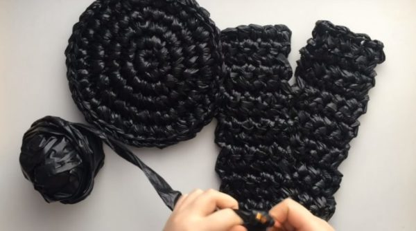 Процесс вязания коврика