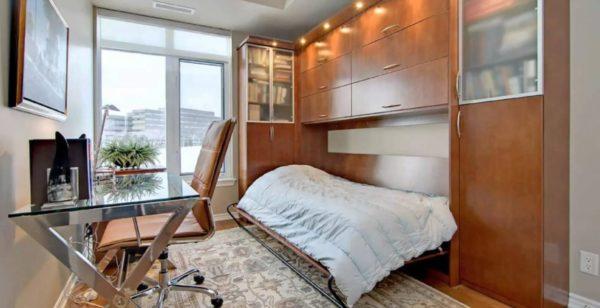 Откидная кровать в комнате, совмещенной с рабочим кабинетом