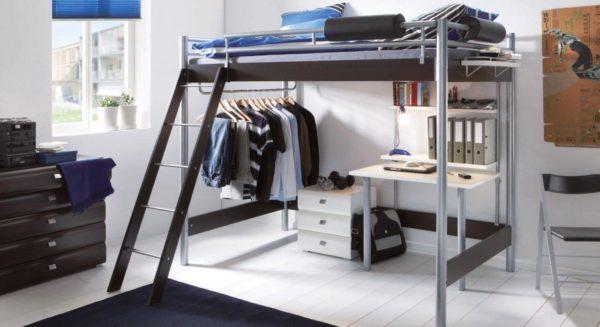 Кровать-чердак в комнате подростка
