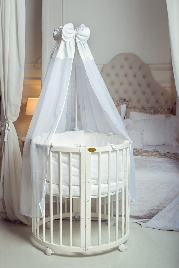 Постельное белье подбирают в соответствии с дизайном кроватки и комнаты