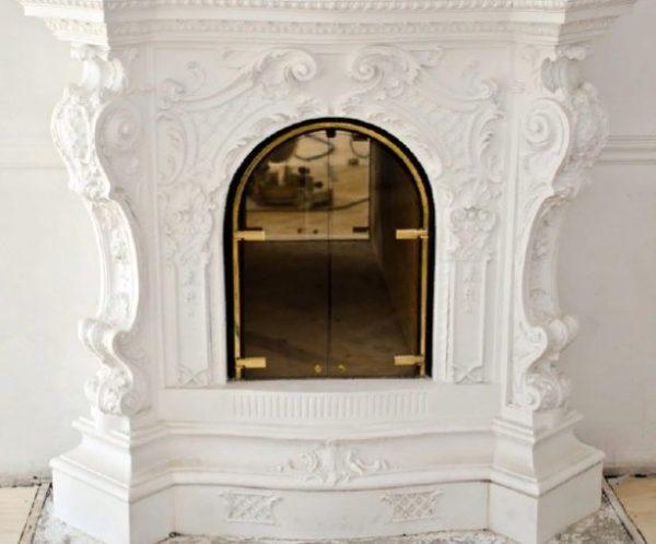 Декоративный камин белого цвета
