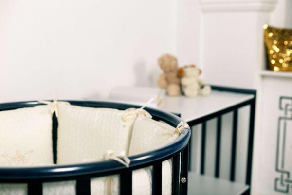 При выборе любой мебели для ребенка, а тем более кроватки, учитывают ее безопасность и функциональность