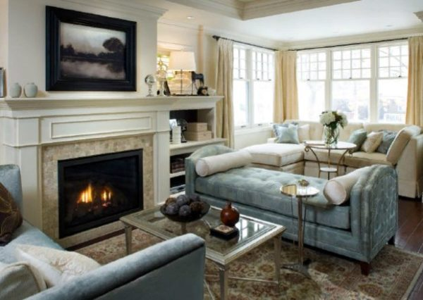 Классический камин с топкой имеет довольно большой размер и прекрасно впишется в традиционный интерьер просторной гостиной