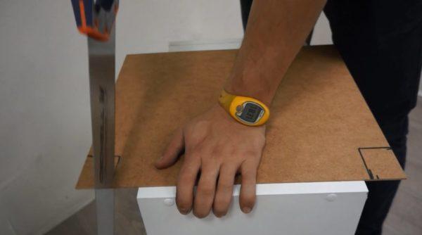 Прорези в задней стенке шкафчика можно сделать лобзиком или ножовкой