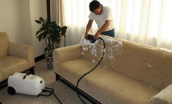 Не каждое средство способно очистить диван, сохранив первозданное качество его ткани, и при этом не оставив после себя осветленных следов или даже прорех