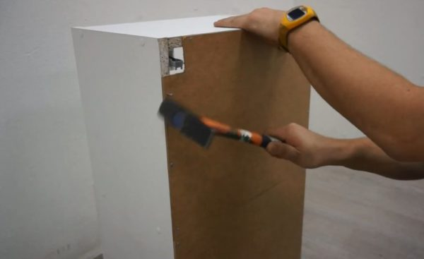 Крепление задней стенки шкафчика