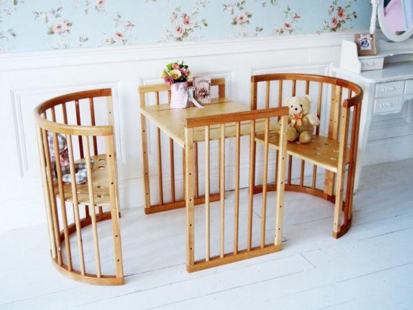 Комплект для детей старшего возраста предполагает регулировку высоты сидения и столешницы