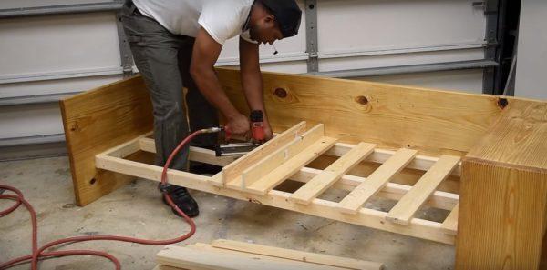 Далее крепятся рейки на первую половину кровати