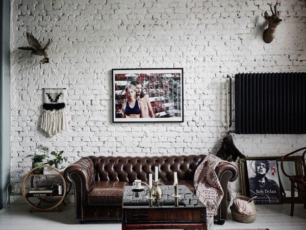 Белая кирпичная стена в интерьере гостиной лофт